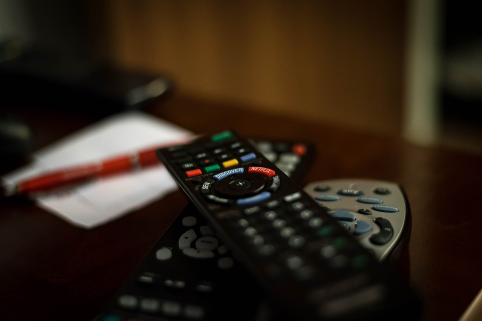A picture of a remote control on a table is shown